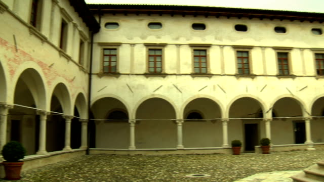 cloister mit gut - architrav stock-videos und b-roll-filmmaterial
