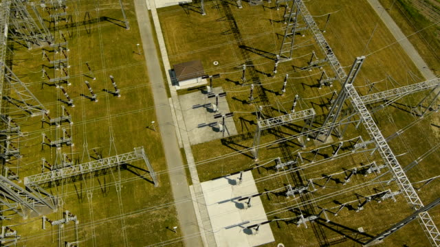 stockvideo's en b-roll-footage met close aerial view over electric substation - bord hoogspanning