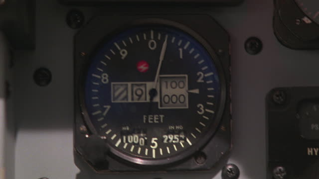 close angle of altimeter. altitude dropping. - messinstrument stock-videos und b-roll-filmmaterial