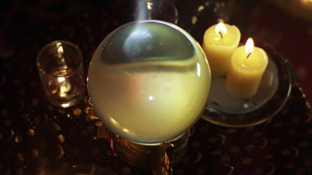stockvideo's en b-roll-footage met close angle of crystal ball and candles. could be mystic or psychic shop. fortune telling. - medium filmcompositietype