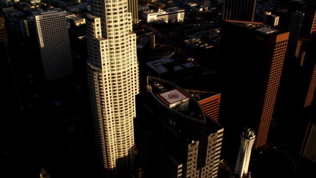 vídeos y material grabado en eventos de stock de close approach and orbit of us bank building, los angeles. shot in october 2010. - artbeats