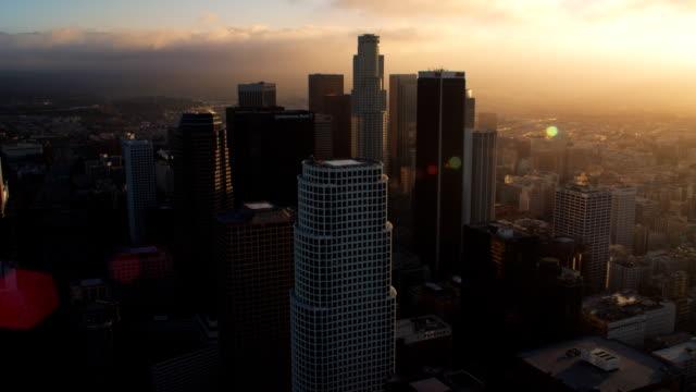 vídeos y material grabado en eventos de stock de close approach toward los angeles downtown skyscrapers, with lens flares. shot in october 2010. - artbeats