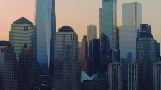 日の出時にハドソン川からマンハッタンダウンタウンの近くの景色。映画の降下とパンニングカメラの動きを持つ空中映像。 - 連続するイメージ点の映像素材/bロール