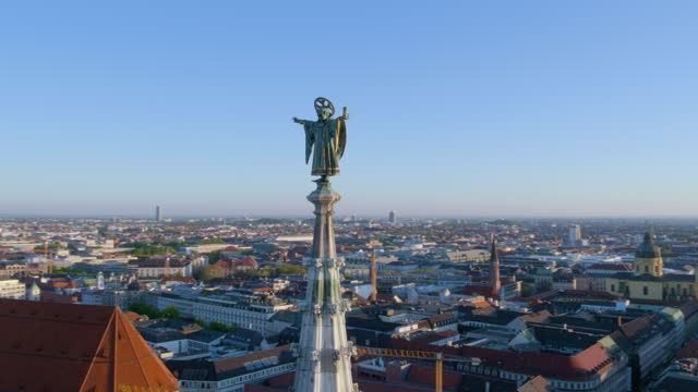 close flight around muenchner kindl - rathaus stock videos & royalty-free footage