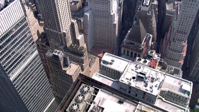 vídeos y material grabado en eventos de stock de close flight over 40 wall street. shot in 2006. - wall street