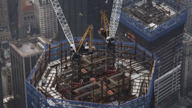 vidéos et rushes de close flight over freedom tower under construction. shot in 2011. - chantier de construction