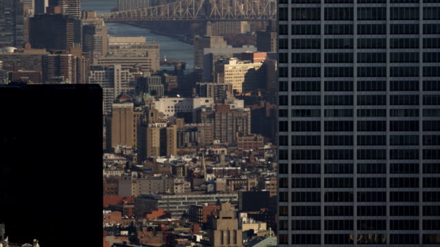 stockvideo's en b-roll-footage met close flight past midtown manhattan skyscrapers near chrysler and metlife buildings, with glimpse of east river in background; gilded statue atop manhattan municipal building in lower frame. shot in 2011. - metlife building