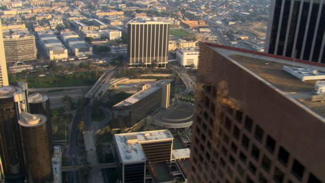 vídeos y material grabado en eventos de stock de close flight past skyscrapers to wide view of los angeles. shot in 2008. - artbeats