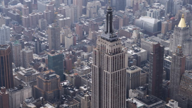 close flight past the empire state building. shot in 2011. - empire state building stock videos & royalty-free footage