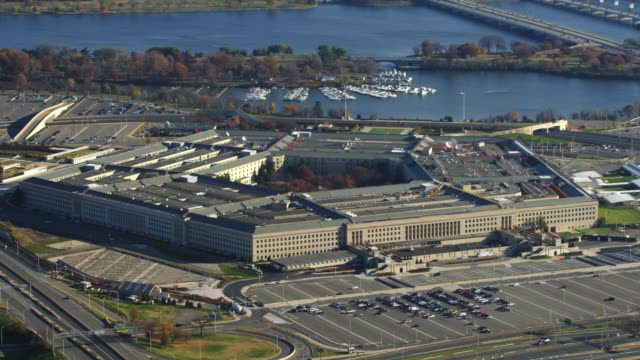 close flight past the pentagon. shot in 2011. - ministero della difesa video stock e b–roll