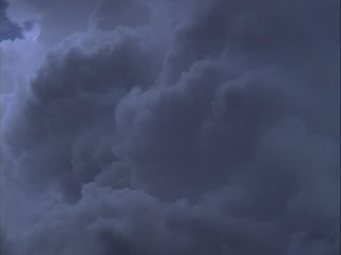 close in timelapse image of building cumulus clouds. - whatif点の映像素材/bロール