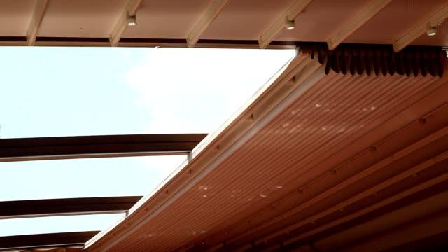 vidéos et rushes de ouvert à toit ouvrant - store