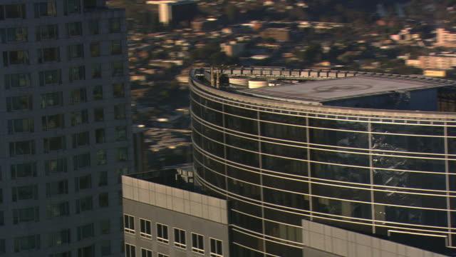 vídeos y material grabado en eventos de stock de close orbit of crowded skyscrapers in smoggy los angeles. shot in 2008. - artbeats