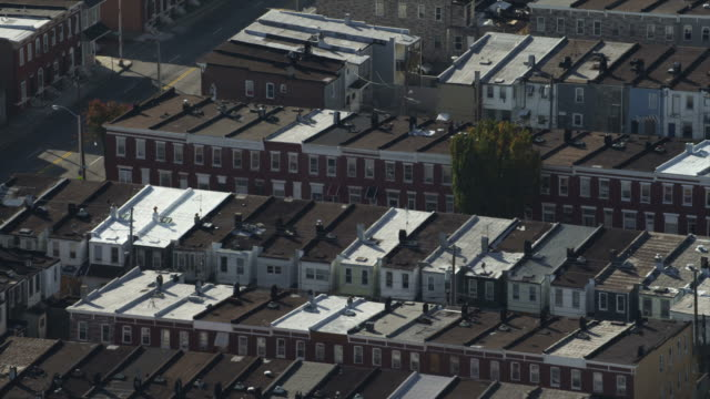 close orbit over multiple row houses in baltimore, maryland. shot in november 2011. - reihenhaus stock-videos und b-roll-filmmaterial