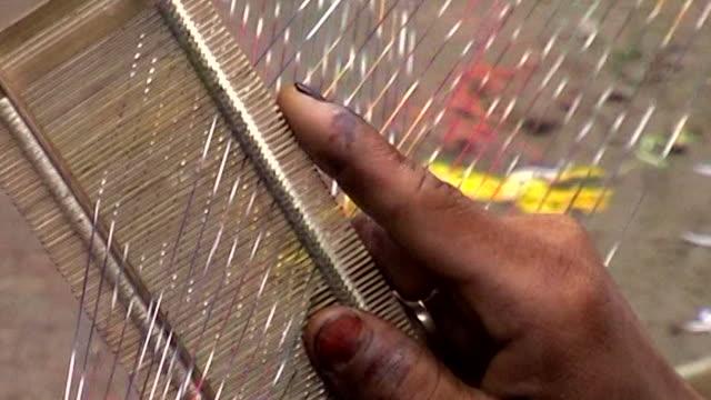 vídeos y material grabado en eventos de stock de close shot -indian handloom workers hand - esmalte de uñas rojo