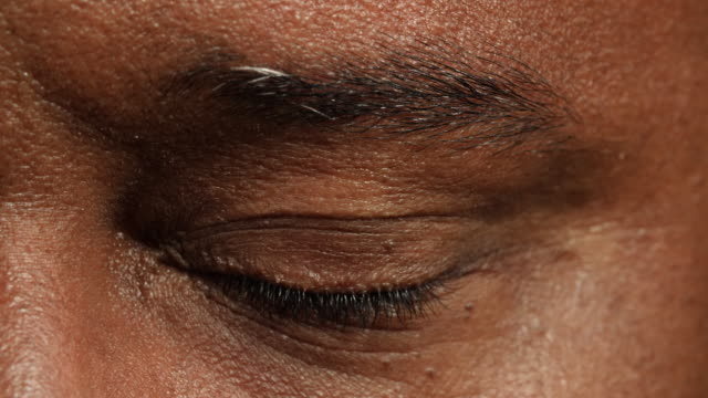 stockvideo's en b-roll-footage met close shot of a man's left eye. - knipogen activiteit