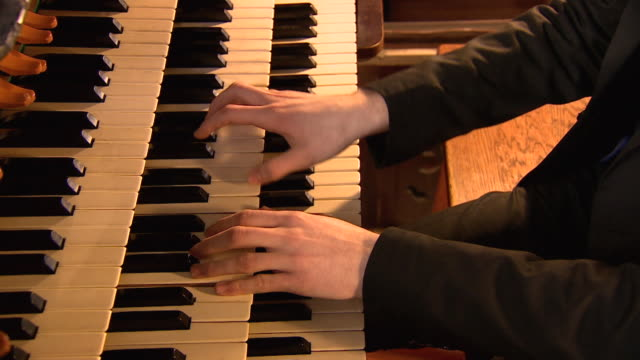 close shot of a person playing a church organ. - パイプオルガン点の映像素材/bロール