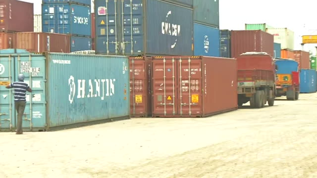 close shot of a sign board reading welcome sattva cfs long shot of ammonium nitrate containers stored at a private container freight station in... - baseballmannschaft stock-videos und b-roll-filmmaterial