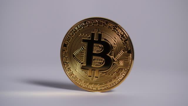 close shot of a single bitcoin slowly revolving. - hergestellter gegenstand stock-videos und b-roll-filmmaterial