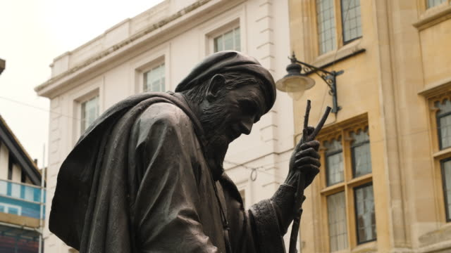 close shot of a statue of geoffrey chaucer located on canterbury high street. - カンタベリー点の映像素材/bロール