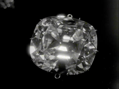 vidéos et rushes de a close shot of cullinan diamond before it is reattached to the st edwards crown in preparation for the coronation of elizabeth the second 1953 - diamant pierre précieuse