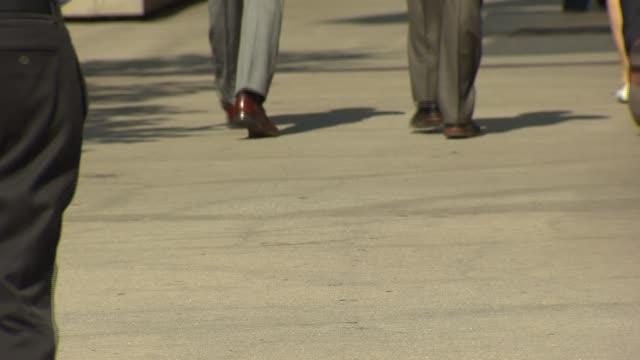 vídeos y material grabado en eventos de stock de close shot of feet walking on september 27, 2013 in chicago, illinois - paso largo