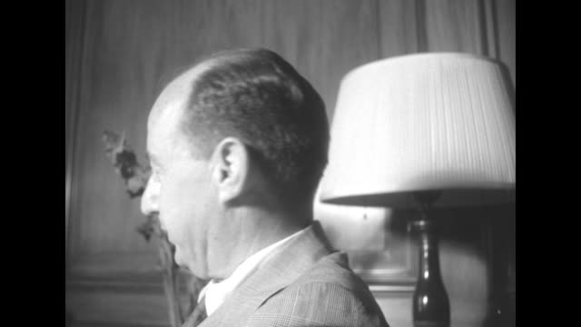 vidéos et rushes de close shot of il gov adlai stevenson in room posing for photo opportunity / two shots of stevenson walking along sidewalk / stevenson standing in... - adlai stevenson