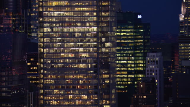 close shot of illuminated office building at night in new york city. - 建物の正面点の映像素材/bロール