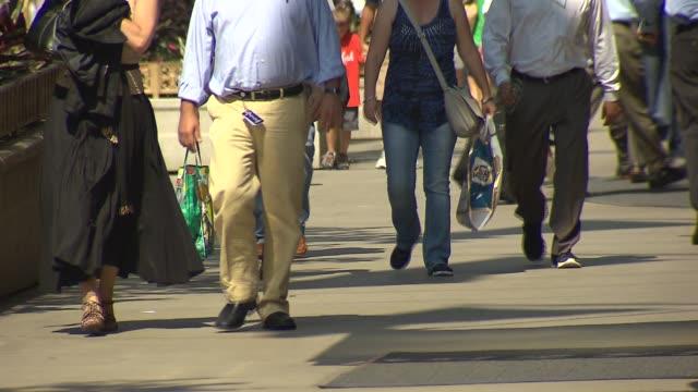 vídeos y material grabado en eventos de stock de close shot of legs walking on september 27, 2013 in chicago, illinois - paso largo