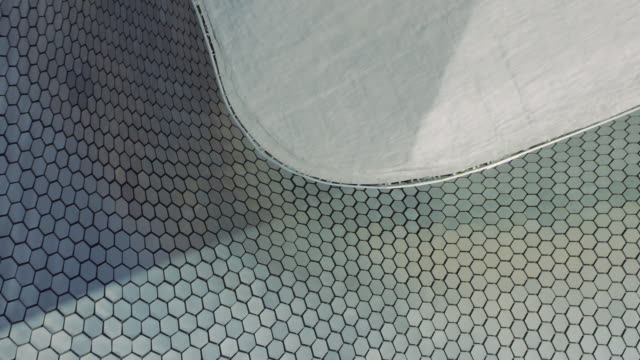 vídeos de stock, filmes e b-roll de close shot of mexico's museo soumaya - arquitetura