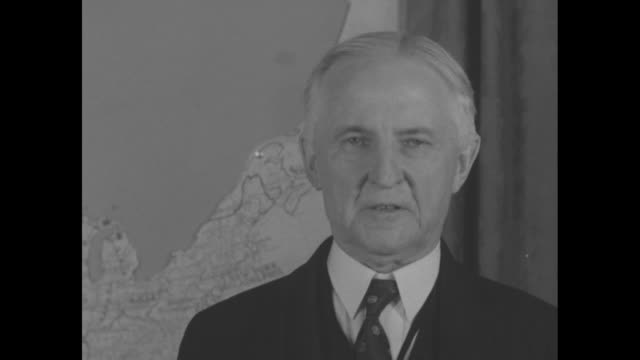 close shot of official standing in front of map speaking to camera about benefits of creating saint lawrence seaway / note exact year not known... - lago superiore video stock e b–roll