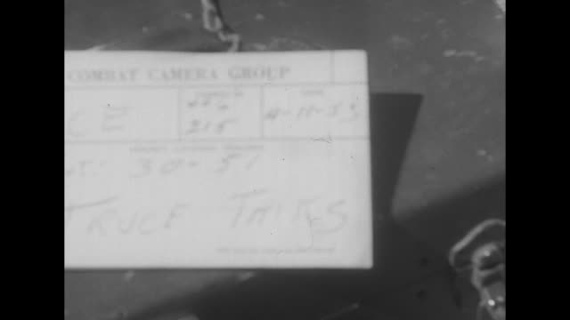 vidéos et rushes de close shot of shot card / two shots of us army officer standing in front of microphones reading statement to group of army reporters gathered in... - prisonnier de guerre