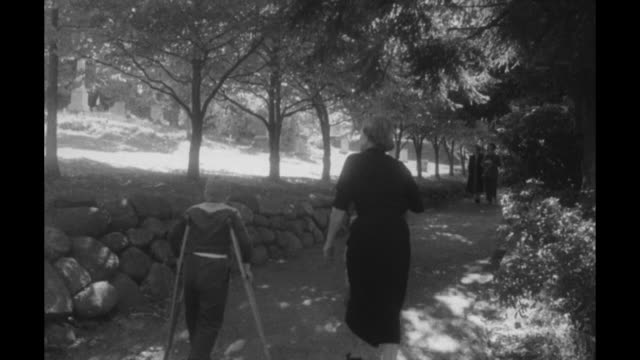 vidéos et rushes de close shot of sign saying to the grave of theo roosevelt / woman and two boys walking along pathway / woman and two boys walking up to iron bar fence... - theodore roosevelt président américain