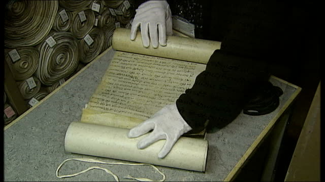 close shot of white gloved hand untying bill of rights document general views of document being unfurled close shots of bill reporter to camera... - アメリカ憲法点の映像素材/bロール