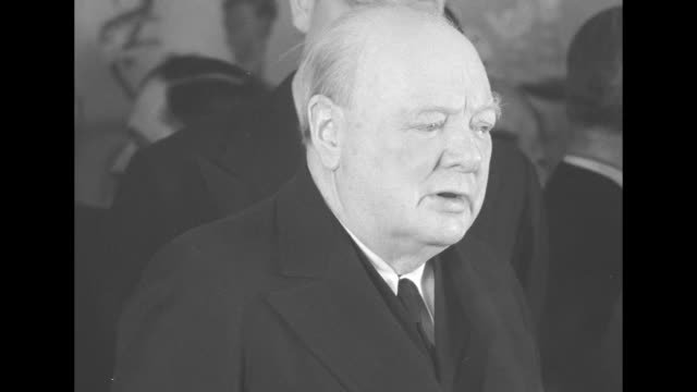 close shot of winston churchill standing at microphones on board rms queen mary speaking to press / wider shot of churchill showing victory sign his... - winston churchill politik stock-videos und b-roll-filmmaterial