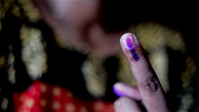 vidéos et rushes de close shot of young indian voter showing finger mark as proof. - inde