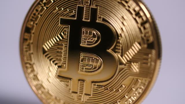 vídeos de stock, filmes e b-roll de close shot on a bitcoin as it slowly revolves. - blockchain