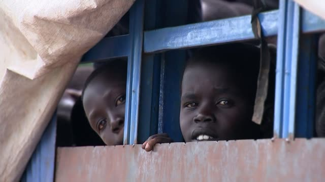 stockvideo's en b-roll-footage met close to one million south sudanese refugees fleeing to uganda as brutal civil war rages uganda ext various of child crying as leaning on older... - vluchteling ontheemden
