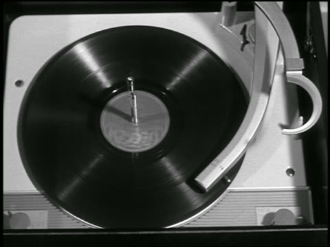 stockvideo's en b-roll-footage met b/w close up 78 rpm record spinning on record player - draaitafel