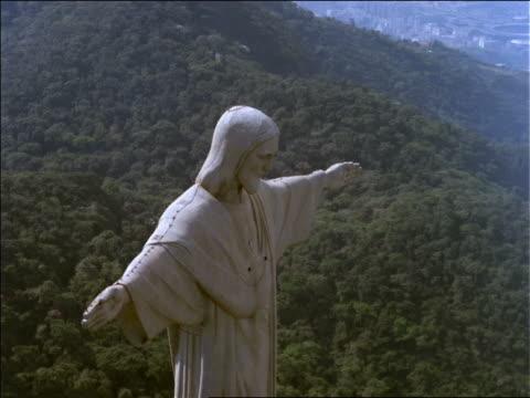 vidéos et rushes de close up aerial christ statue (corcovado) over rio de janeiro - corcovado