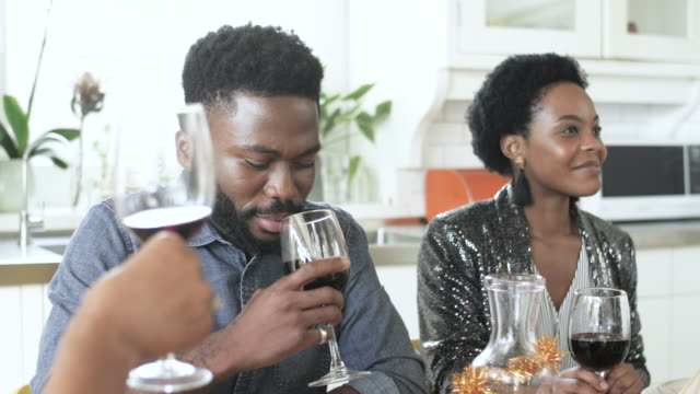 vídeos de stock, filmes e b-roll de close up, african american family drink wine on christmas - vinho tinto