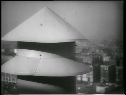 vídeos y material grabado en eventos de stock de b/w 1951 close up air raid siren in civil defense drill / nyc / newsreel - 1951