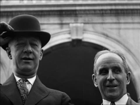 vidéos et rushes de b/w 1928 close up al smith taking off hat next to industrialist john j raskoff / documentary - 1928