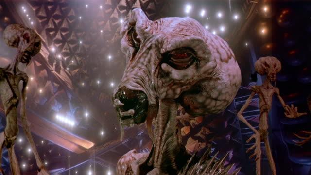 vídeos de stock e filmes b-roll de close up alien looking at cam outside spaceship - extraterrestre