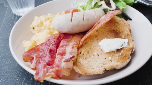 vídeos y material grabado en eventos de stock de de cerca desayuno americano en la mesa negra en la mañana al aire libre en casa.titl hasta - huevos fritos de un solo lado