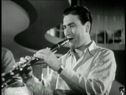 vídeos y material grabado en eventos de stock de close up artie shaw playing clarinet / feature film - sólo hombres jóvenes