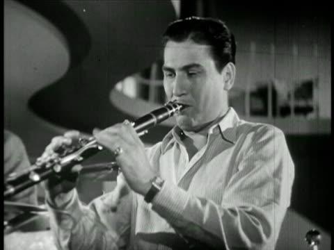 vídeos y material grabado en eventos de stock de b/w 1940 close up artie shaw playing clarinet / film - sólo hombres jóvenes