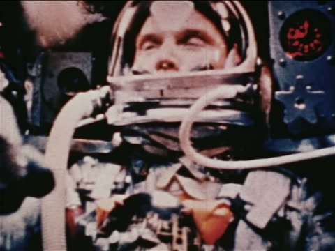 1962 close up astronaut in spacesuit sitting in mercury 6 space capsule / newsreel - nur männer über 30 stock-videos und b-roll-filmmaterial