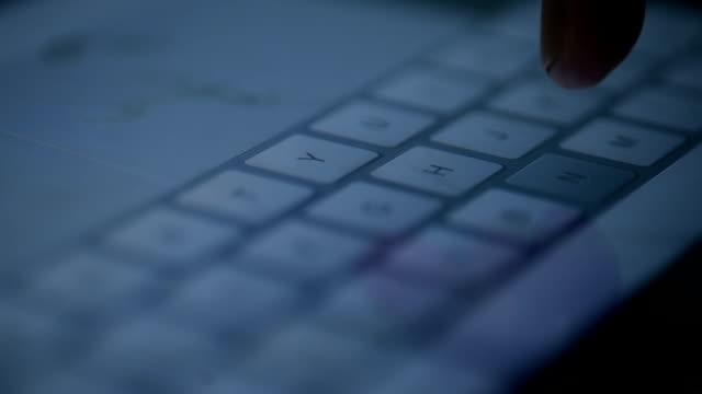 vídeos de stock, filmes e b-roll de fechar - se para os dedos toque tela do tablet - portability
