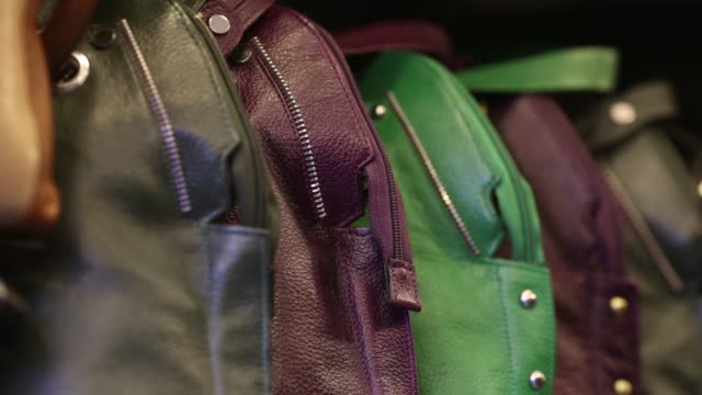 vídeos y material grabado en eventos de stock de close up, bags sit on display at a leather goods store in the dharavi area of mumbai, india, on tuesday, july 18 close up, a tag hangs above bags on... - iva
